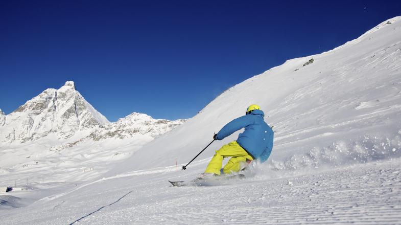 Sciatore sulla pista Ventina di Cervinia
