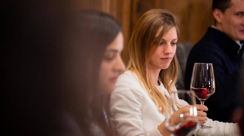 Studiando il colore del Nebbiolo durante il wine tasting